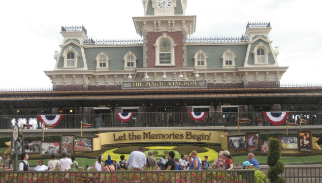 From the Expert: Surviving Disney in the Summer {Guest Post}